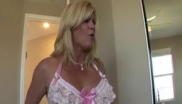 Fat mature squirts during anal